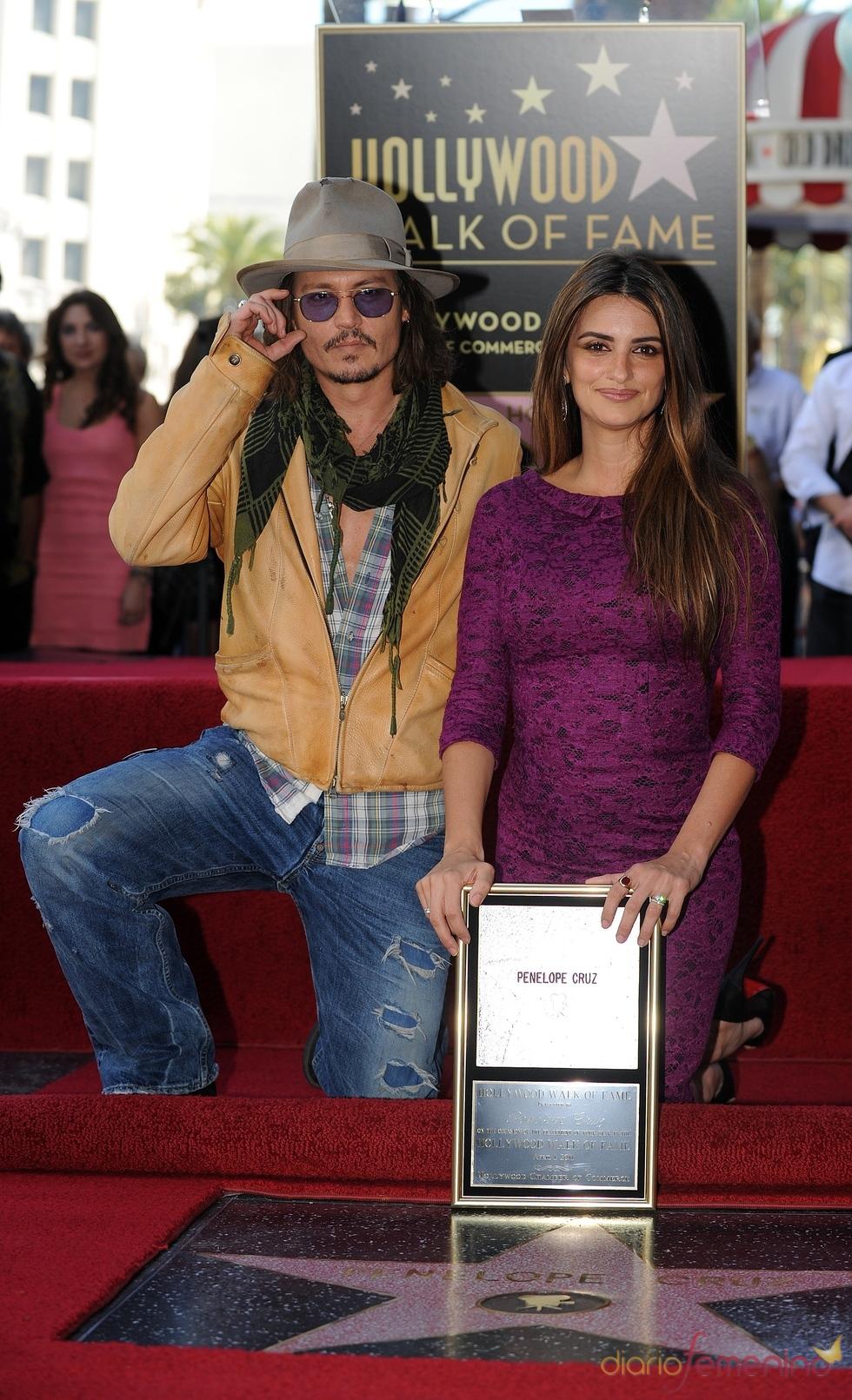 Penélope Cruz posa junto  a su estrella con Johnny Depp