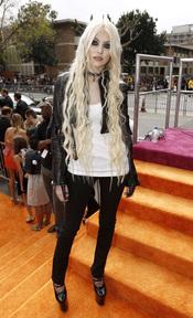 La cantante Taylor Momsen en la alfombra roja de los Kids' Choice Awards