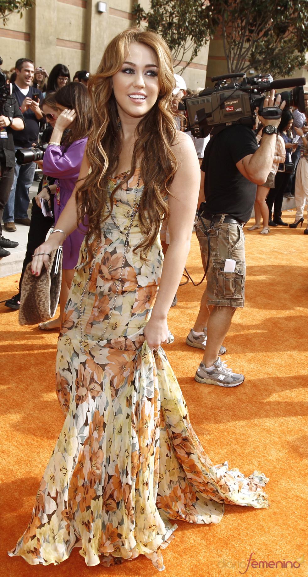 La cantante Miley Cyrus en la alfombra roja de los Kids' Choice Awards