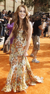 La cantante Miley Cyrus en la alfombra roja de los Kids' Choice Awards