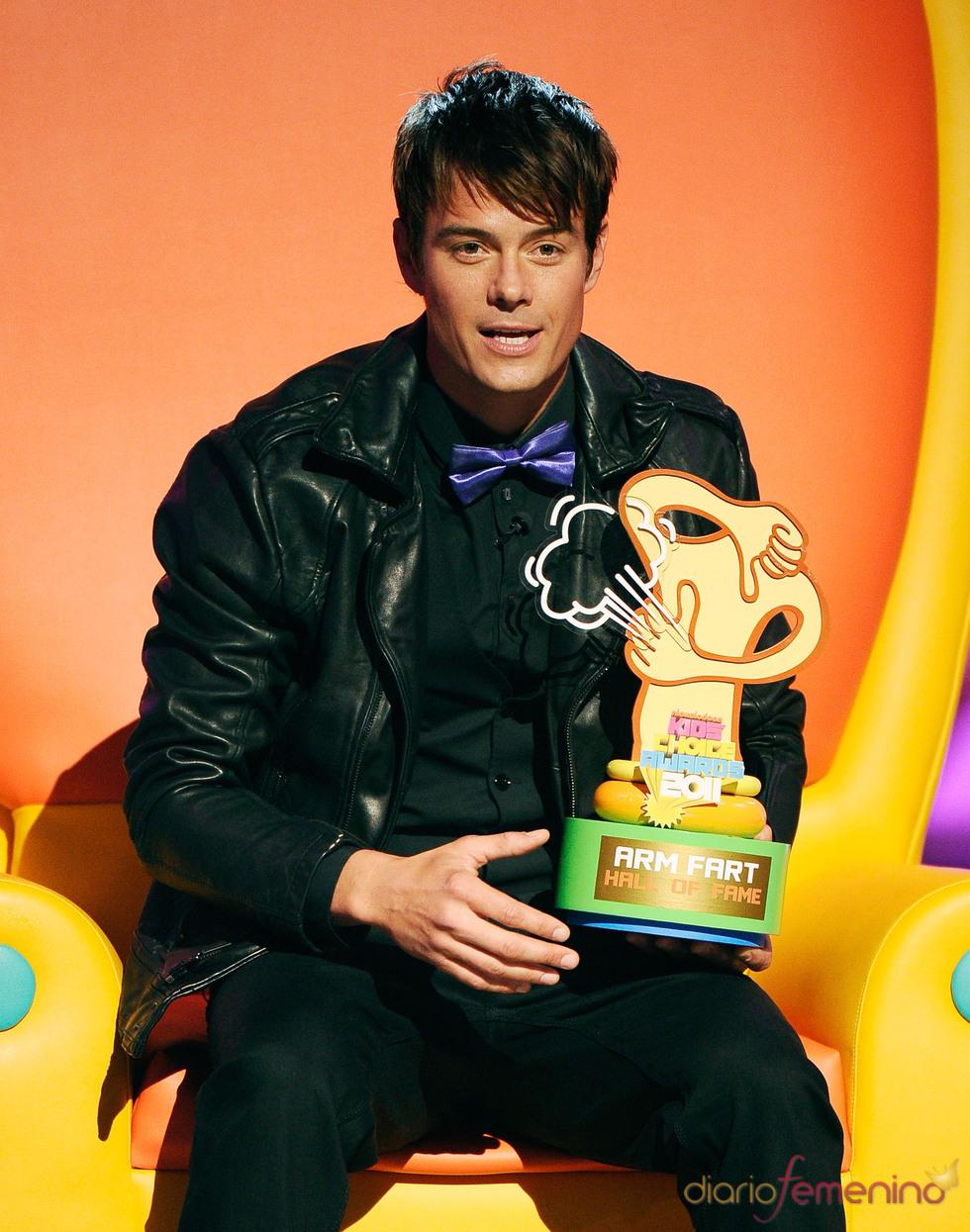 Josh Duhamel recoge su premio en los Kids' Choice Awards