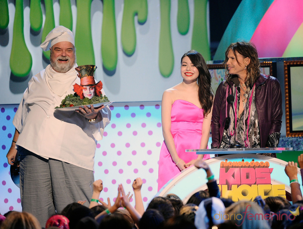 Miranda Cosgrove y Steven Tyler en la gala de los Kids' Choice Awards