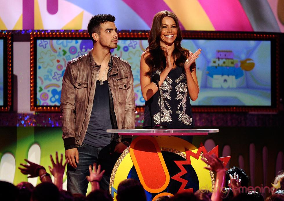 Joe Jonas y Sofia Vergara en la gala de los Kids' Choice Awards