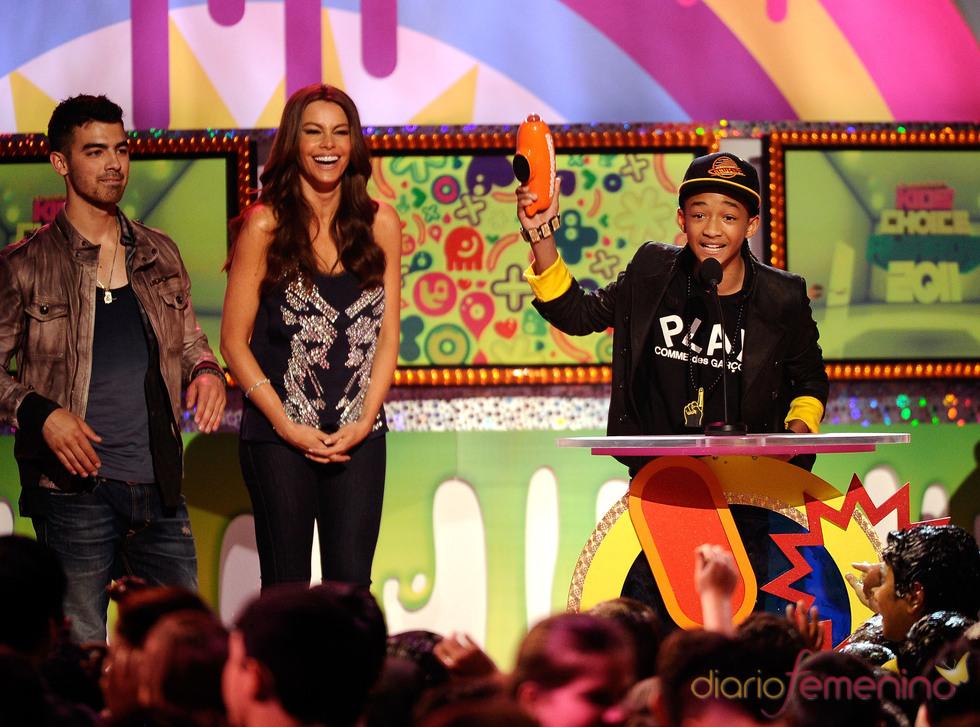 Jaden Smith recoge el premio entregado por Joe Jonas y Sofia Vergara en los Kids' Choice Awards