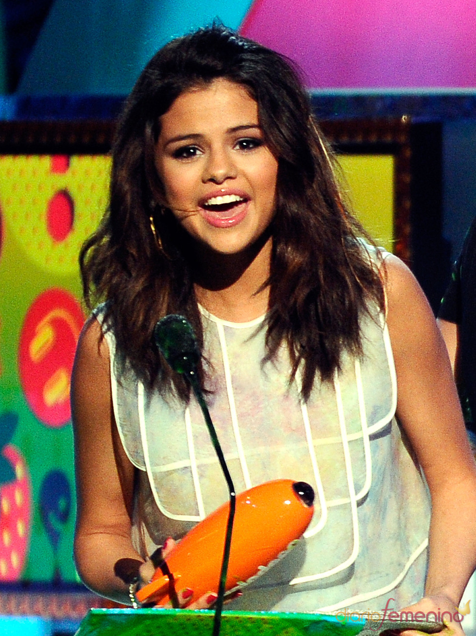 Selena Gómez recoge su premio en los Kids' Choice Awards