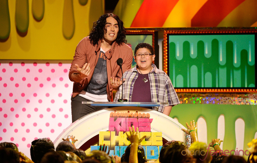 Russell Brand y Rico Rodríguez en la gala de los Kids' Choice Awards