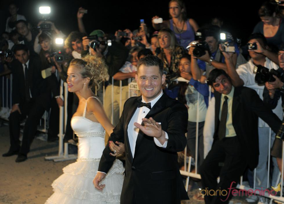 Michael Bublé y Luisana Lopilato arropados por decenas de fans en su boda
