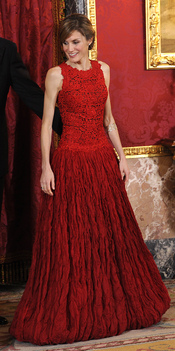 Letizia Ortiz, de rojo en la cena de gala en honor al Príncipe de Gales