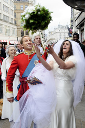 La doble de Kate Middleton lanza el ramo