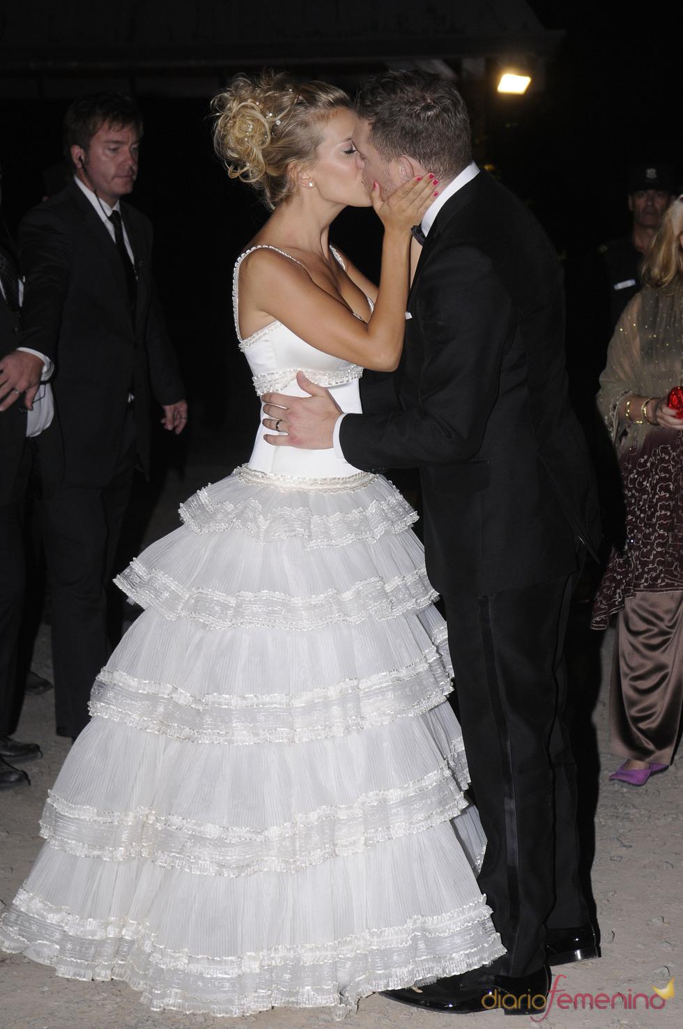 Michael Bublé y Luisana Lopilato besándose el día de su boda