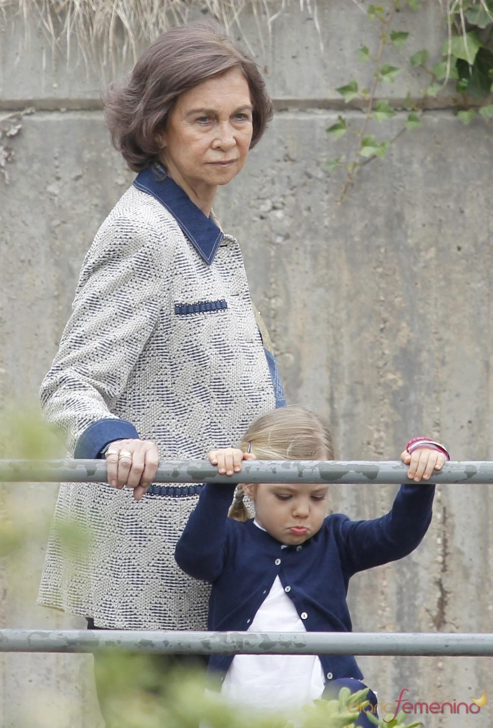 La Reina Sofía y su nieta la Infanta Sofía en el zoo de Madrid