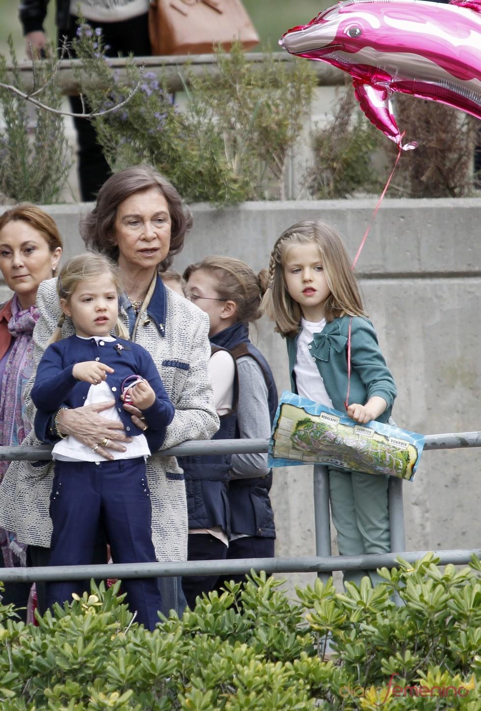 La Reina Sofía con sus nietas las Infantas Leonor y Sofía en el zoo de Madrid