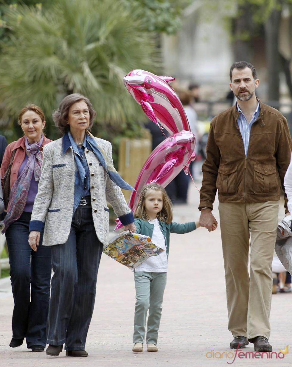 La Reina Sofía, el Príncipe Felipe y la Infanta Leonor en el zoo de Madrid