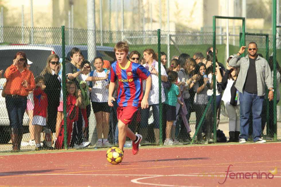 Justin Bieber observado por sus fans durante su partido de fútbol en Madrid