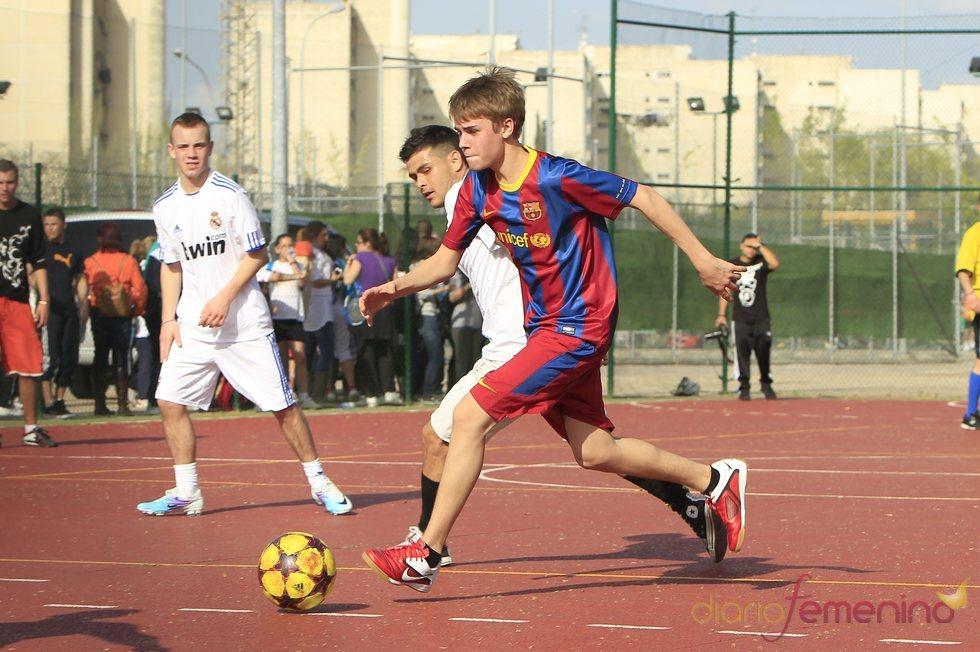 Justin Bieber escapa de sus rivales durante su partido de fútbol en Madrid