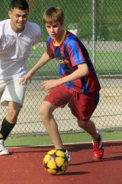 Justin Bieber equipado del Barça durante su partido de fútbol en Madrid