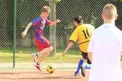 Justin Bieber finta a un rival durante su partido de fútbol en Madrid