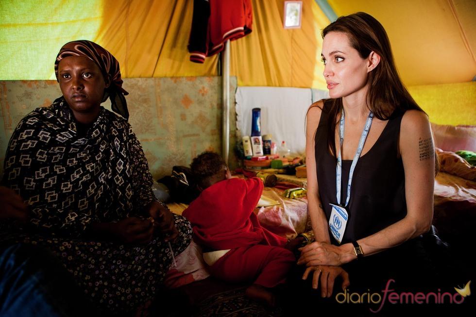 Angelina Jolie visita a refugiados libios en Túnez