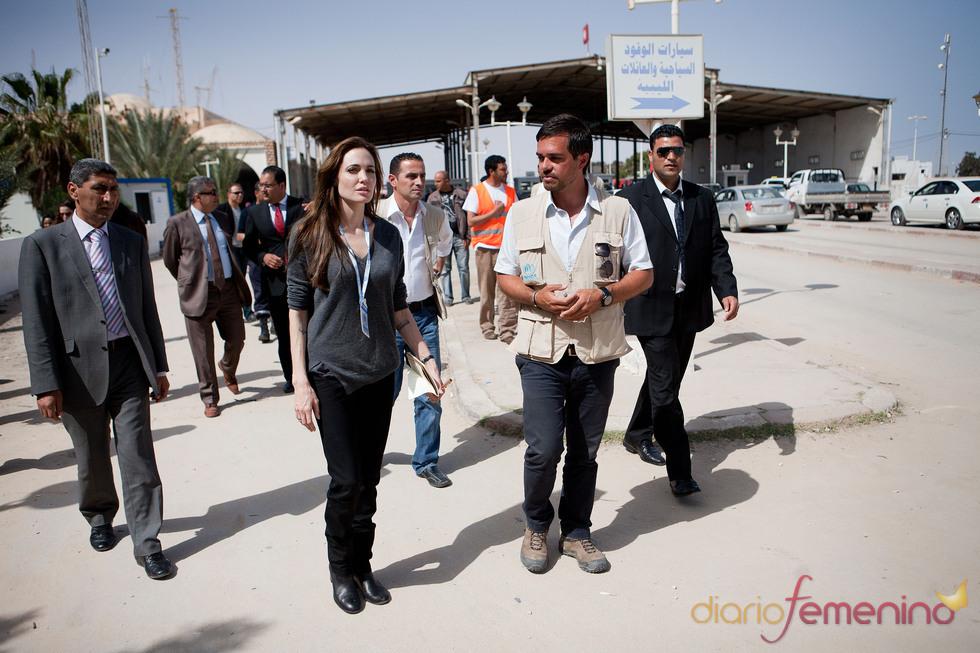 Angelina Jolie visita un campo de refugiados libios en Túnez
