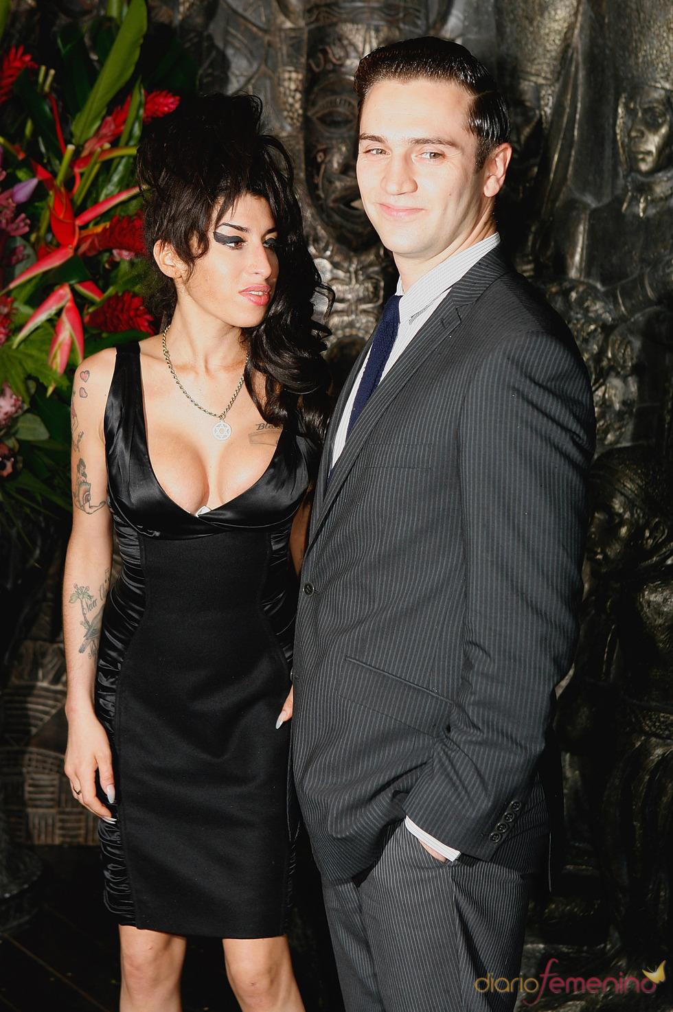 Amy Winehouse y su novio Reg Traviss