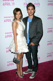 Ashley Tisdale y Zac Efron en la premiere de 'Sharpay's Fabulous Adventure'