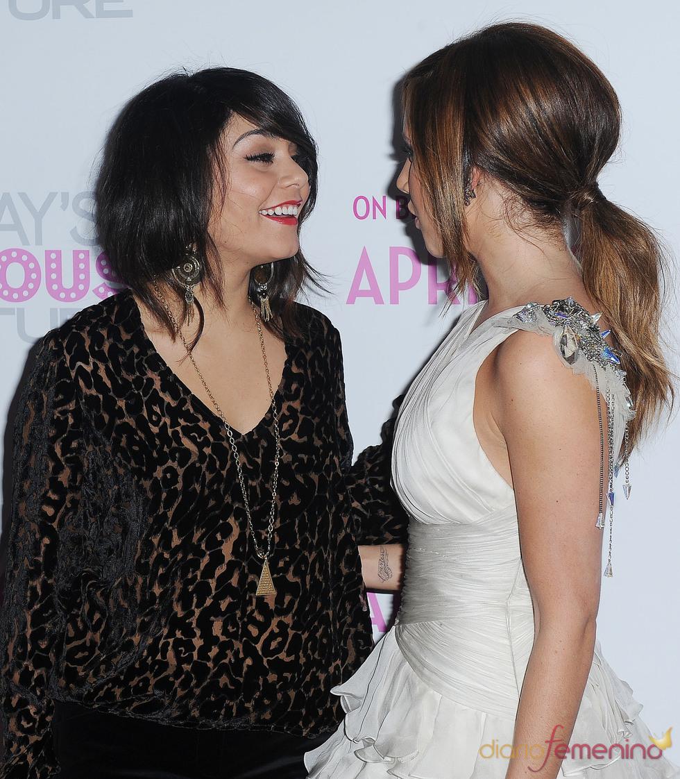 Ashley Tisdale y Vanessa Hudgens charlan en el estreno de 'Las aventuras de la Fabulosa Sharpay'