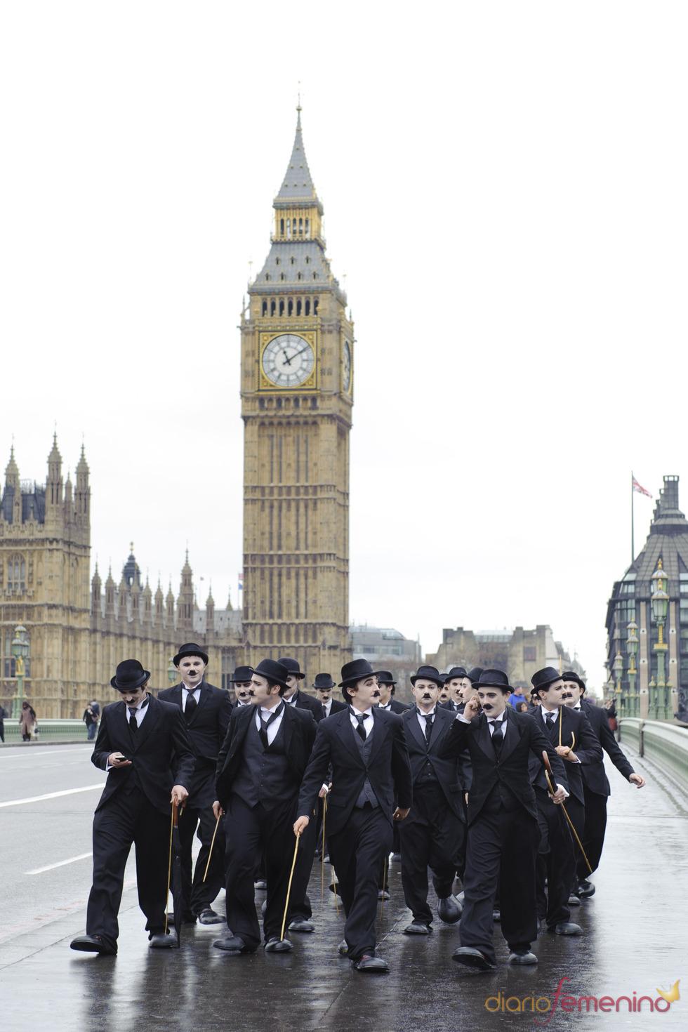 Los dobles de Charlot pasean por las calles de Londres
