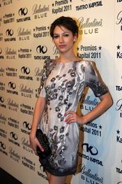 Úrsula Corberó posando en los Premios Kapital 2011