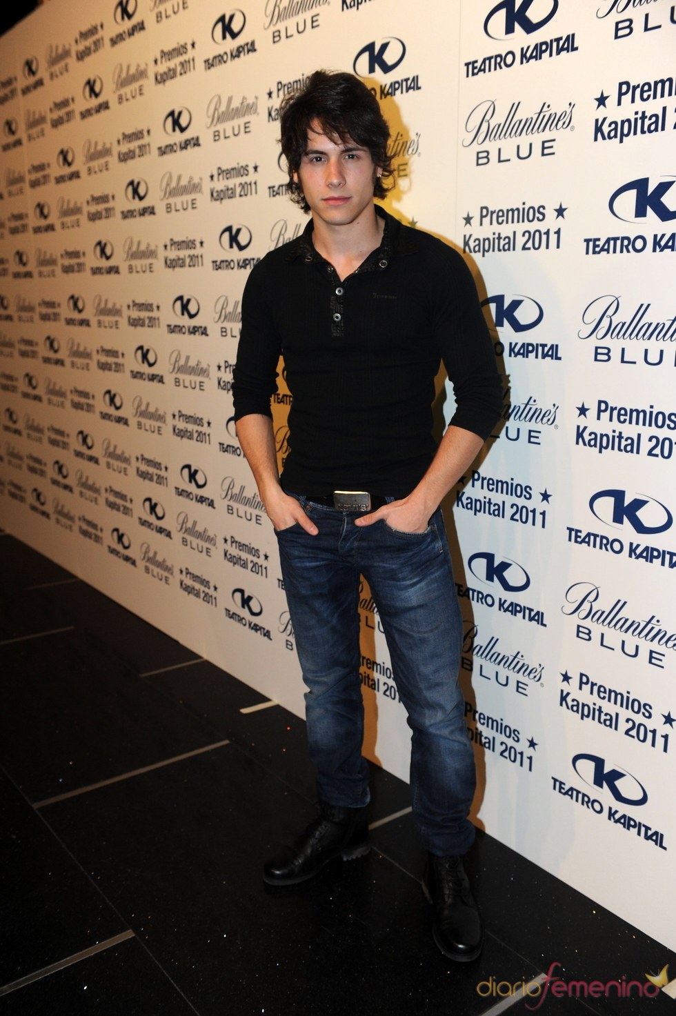 Álex Hernández posando en los Premios Kapital 2011