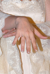 Chayo Mohedano presumiendo de anillo el día de su boda