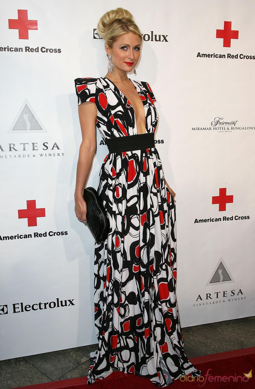 Paris Hilton posa en la gala 2011 de la Cruz Roja Americana