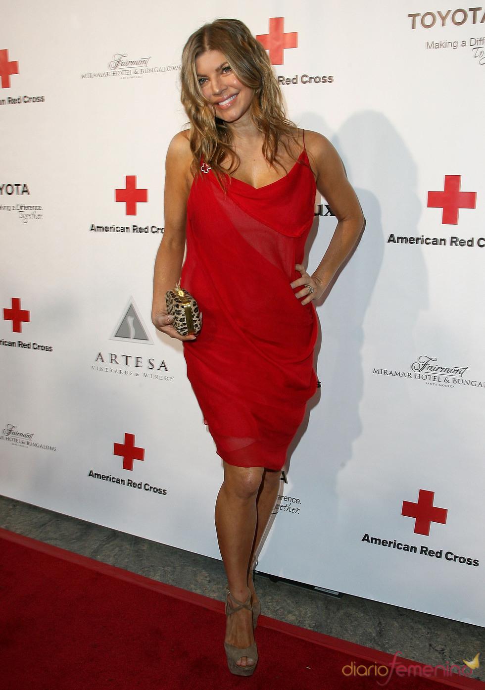 Fergie posa en la gala 2011 de la Cruz Roja Americana