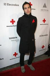 Pete Wentz posa en la gala 2011 de la Cruz Roja Americana