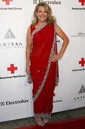 Karen Halligan posa en la gala 2011 de la Cruz Roja Americana