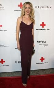 Christina Moore posa en la gala 2011 de la Cruz Roja Americana