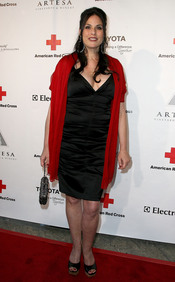 Julie Anne Rhodes posa en la gala 2011 de la Cruz Roja Americana