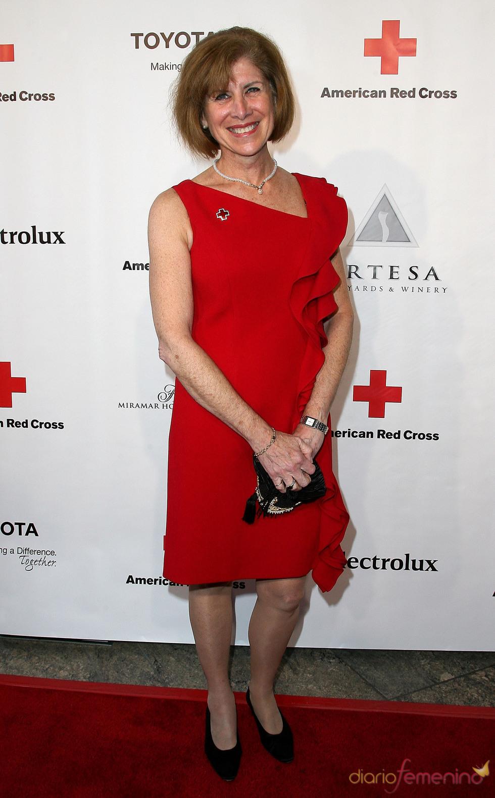 Gail McGovern posa en la gala 2011 de la Cruz Roja Americana