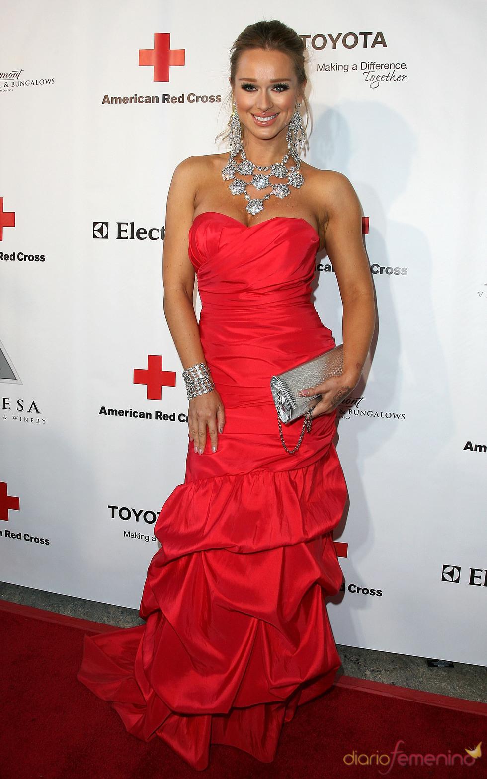 Katarina Van Derham posa en la gala 2011 de la Cruz Roja Americana