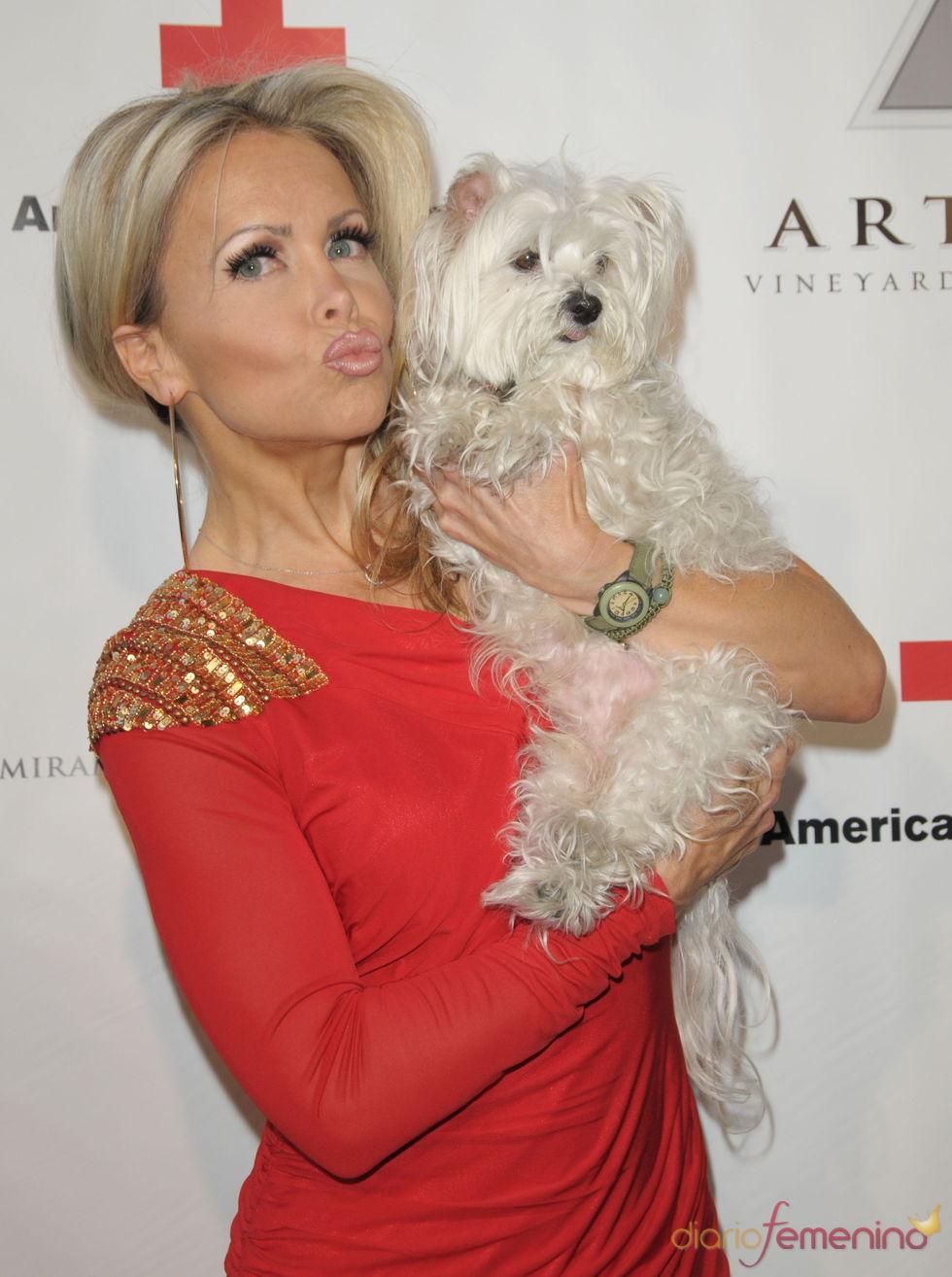 Tamara Henry posa con su perro en la gala 2011 de la Cruz Roja Americana