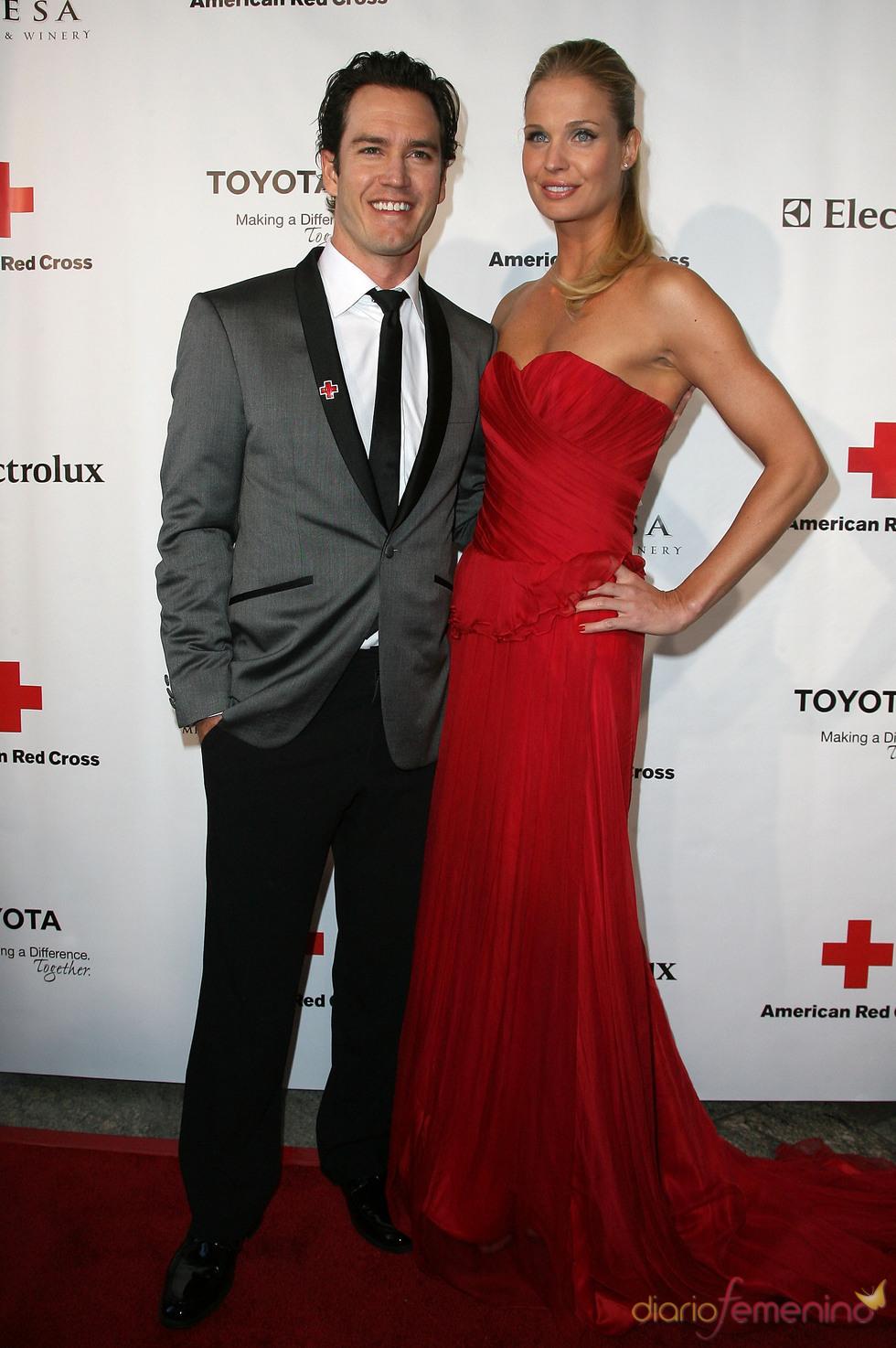 Mark Paul Gosselaar y Cotriona McGinn en la gala 2011 de la Cruz Roja