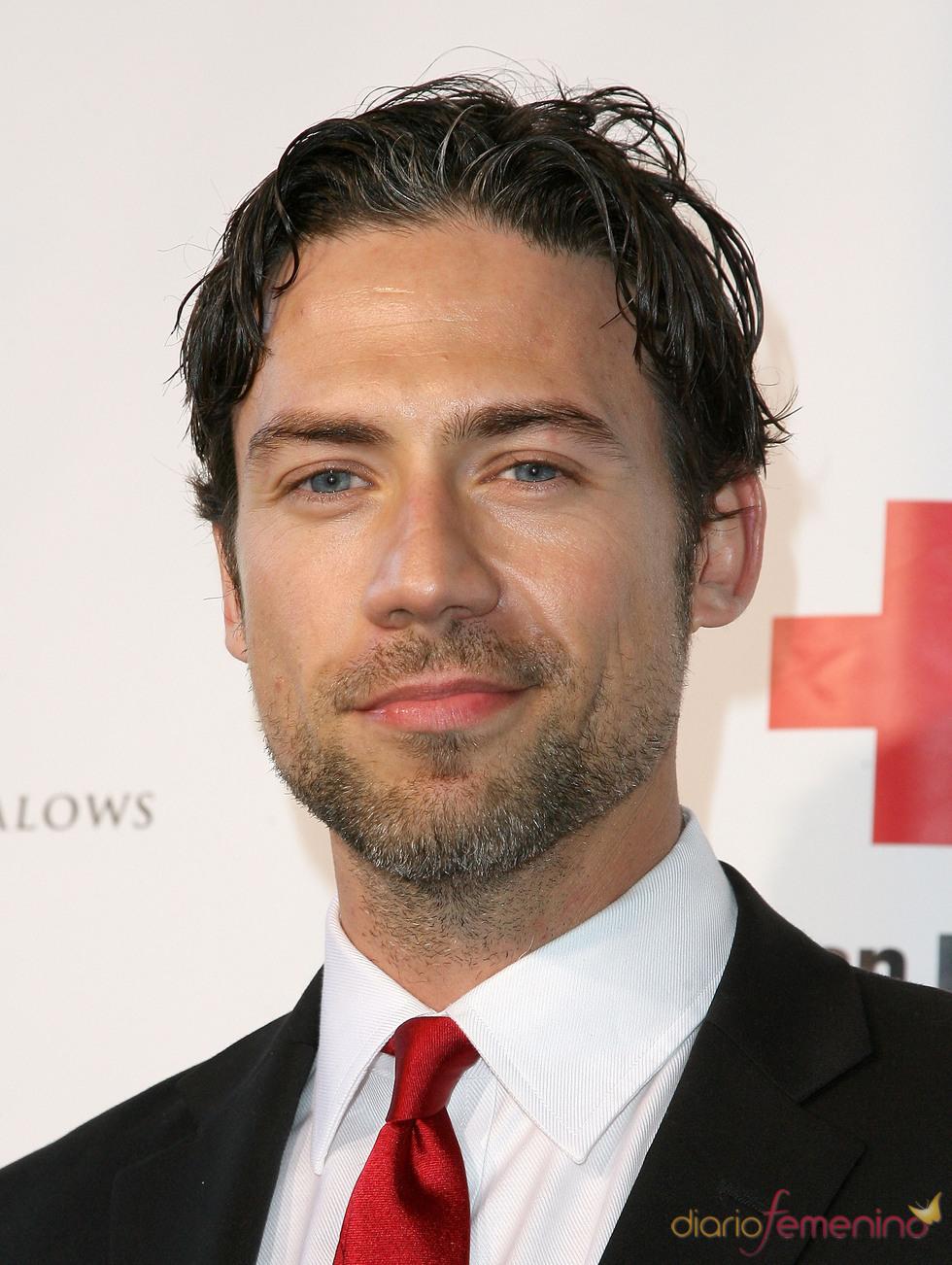 Adam Rayner posa en la gala 2011 de la Cruz Roja Americana