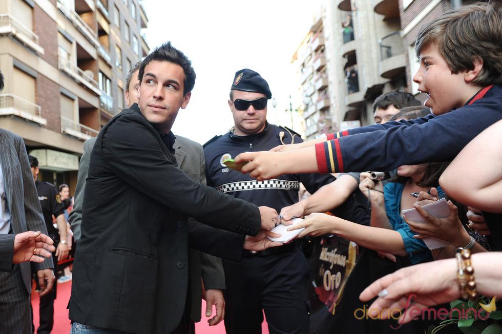 Locura a la llegada de Mario Casas a la gala de los Micrófonos de Oro 2011