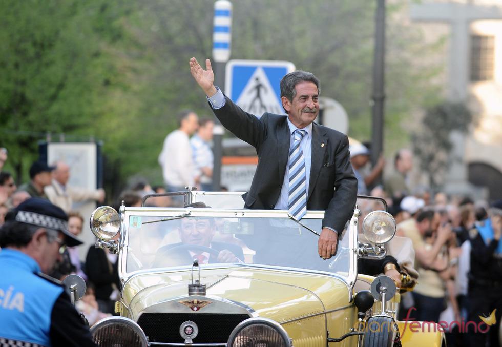 Miguel Ángel Revilla a su llegada a la gala de los Micrófonos de Oro 2011
