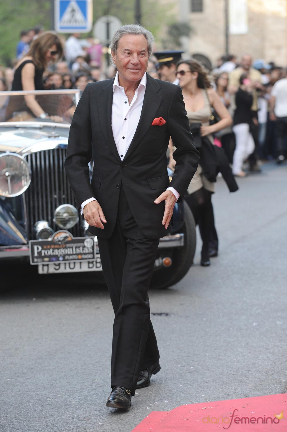 Arturo Fernández a su llegada a la gala de los Micrófonos de Oro 2011