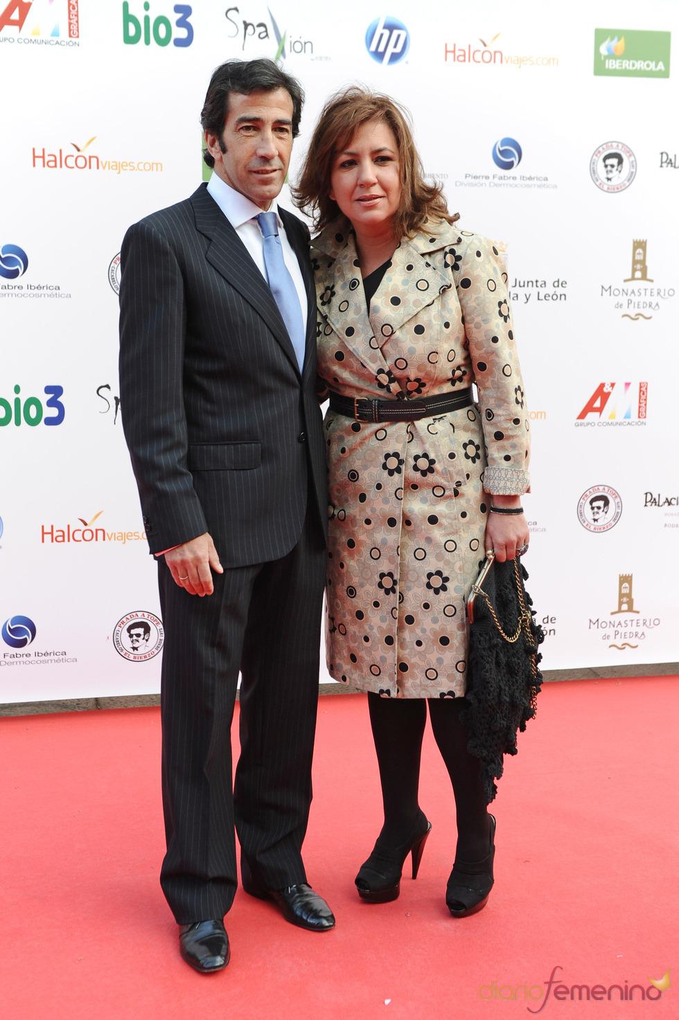 Juan Mora a su llegada a la gala de los Micrófonos de Oro 2011