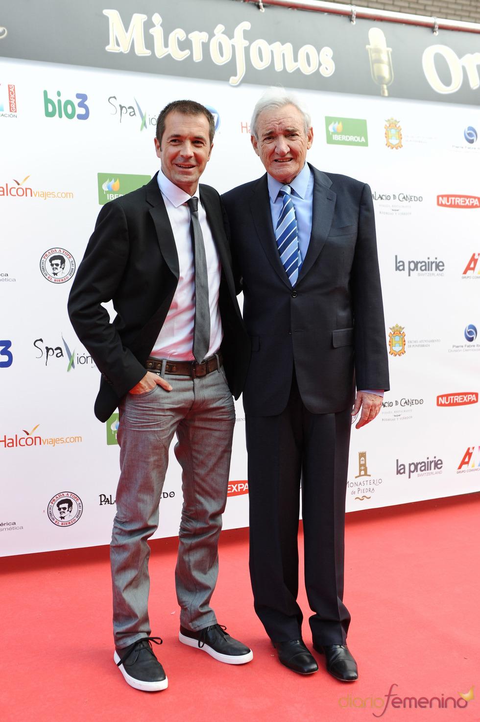Manu Carreño posa con Luis del Olmo a su llegada a los Micrófonos de Oro 2011