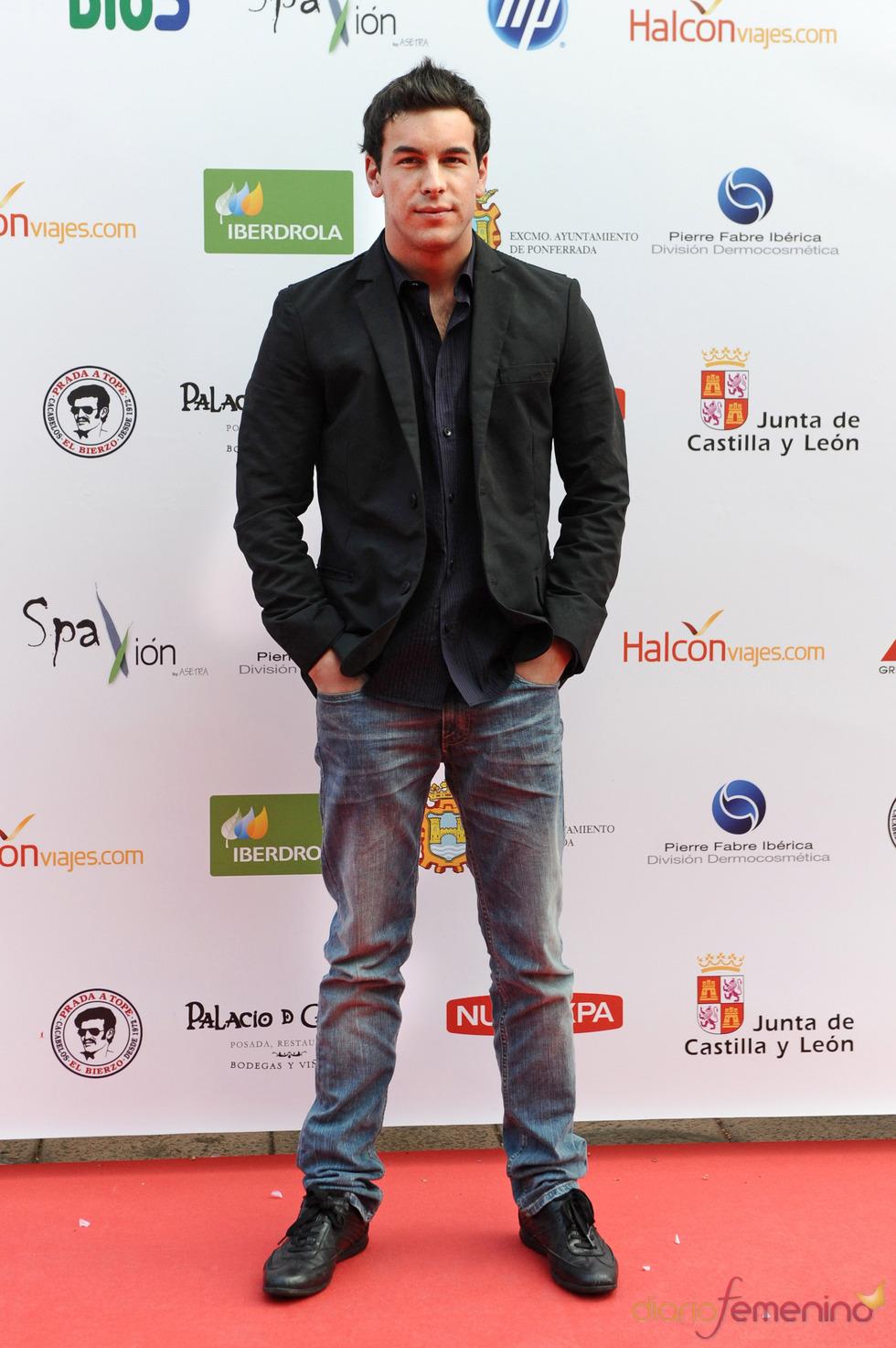 Mario Casas posa a su llegada a los premios Micrófono de Oro 2011