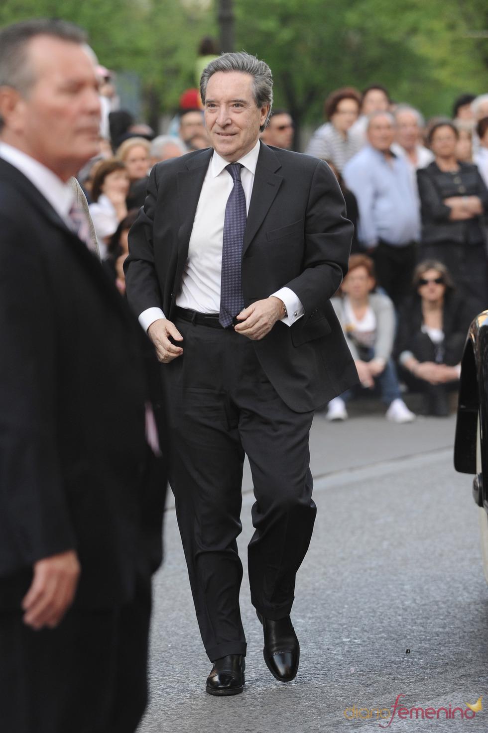 Iñaki Gabilondo a su llegada a la gala de los Micrófonos de Oro 2011