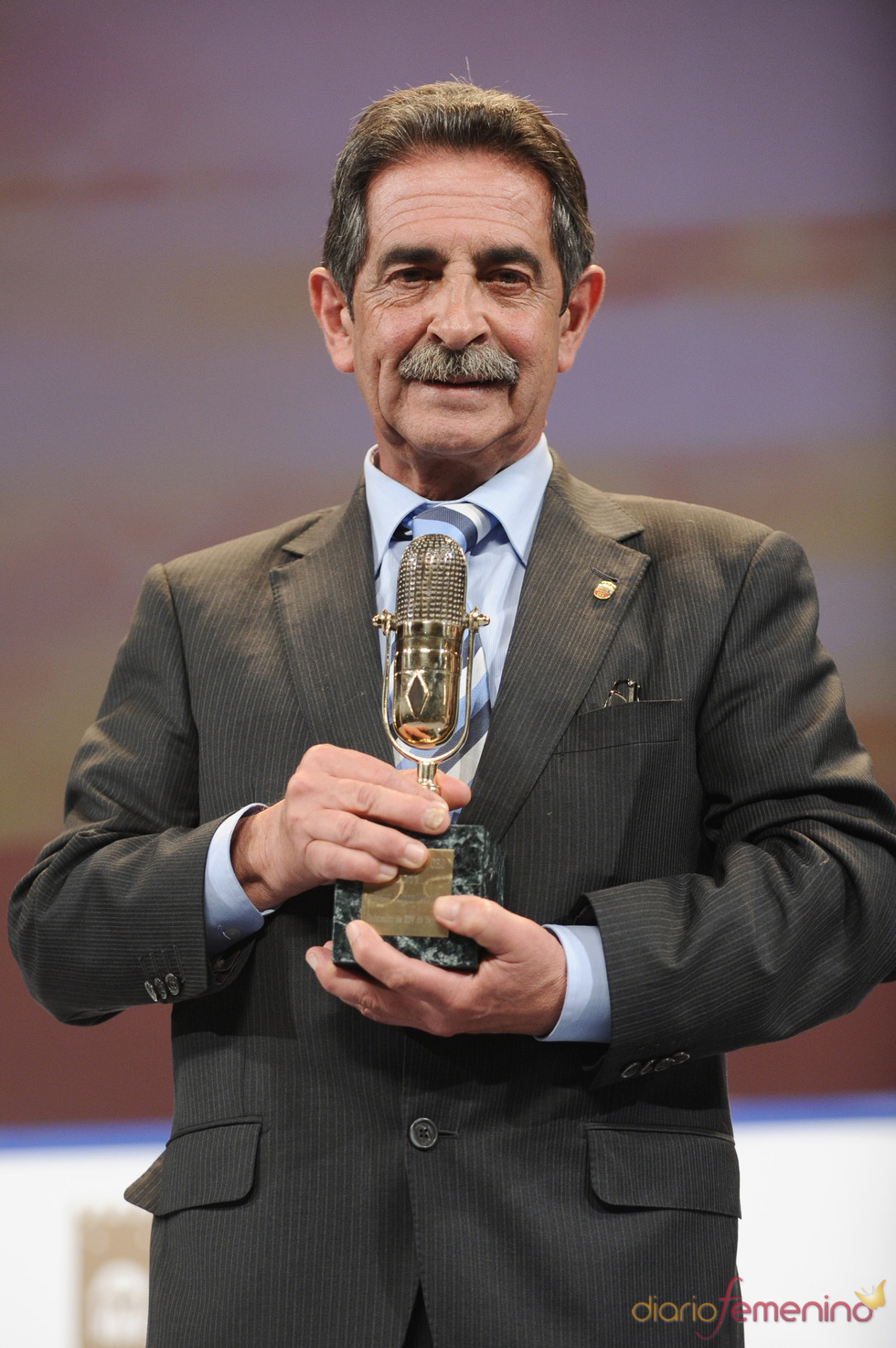 Miguel Ángel Revilla posa con su Micrófono de Oro 2011