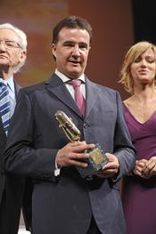 Jose Ramón de la Morena posa con su Micrófono de Oro 2011